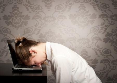 Frau schläft bei der Arbeit